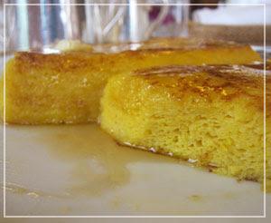 ホテルオークラ東京の名物フレンチトースト。断面まで黄金色でした。