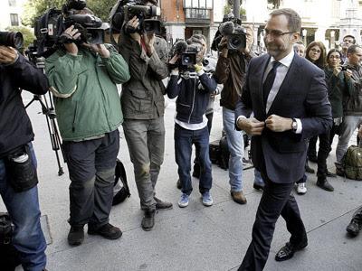 El embajador James Costos entrando a la sede del Ministerio de Asuntos Exteriores.