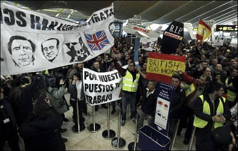 Unos 8.000 trabajadores de Iberia, según fuentes policiales, se han concentrado hoy en la T4 de Barajas bajo el lema 'Todos juntos podemos.