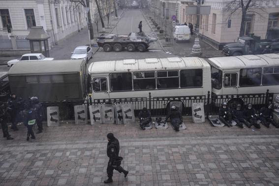 Interior ministry soldiers sit behind buses parked outside the parliament building in Kiev February 20, 2014. REUTERS-Andrew Kravchenko-Pool