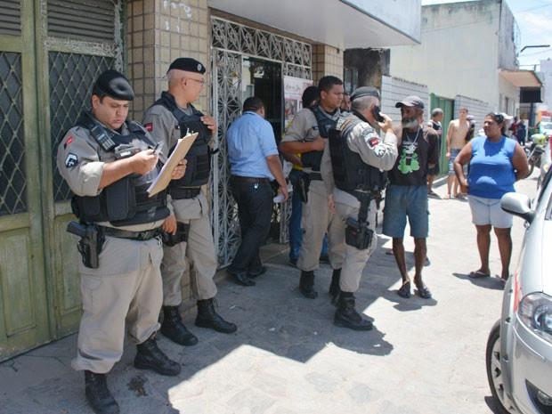 Polícia Militar esteve no local e realizou buscas pela avenida Cruz das Armas, em João Pessoa (Foto: Walter Paparazzo/G1)