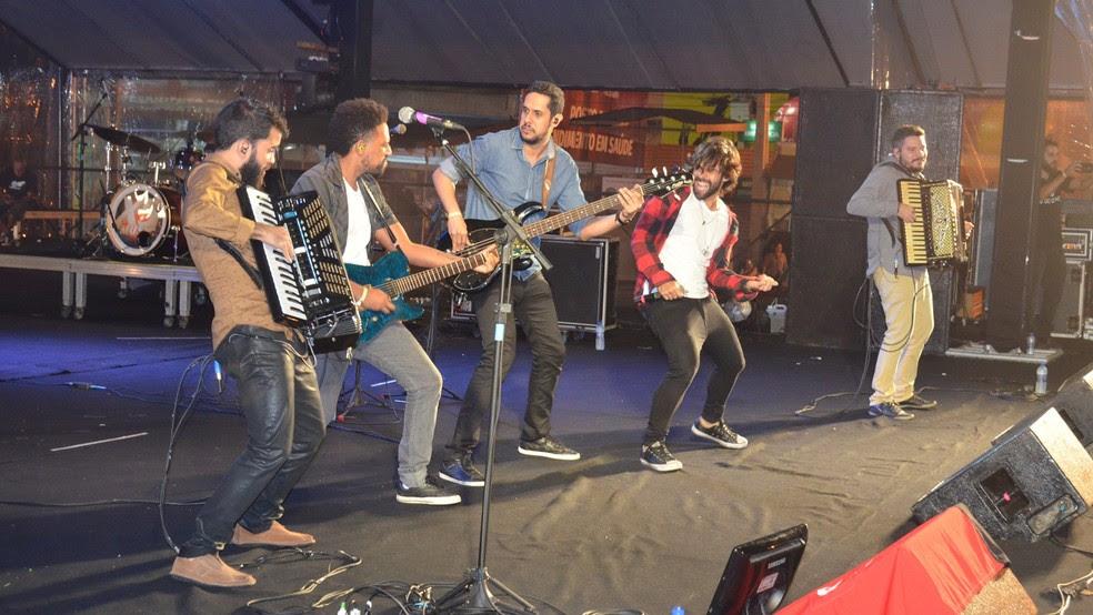 Os Gonzagas se apresenta em Alagoa Nova (Foto: Kamylla Lima/G1)