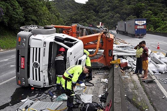 Caminhão que transportava lonas e peças para o palco do show da Madonna sofreu acidente; motorista morreu