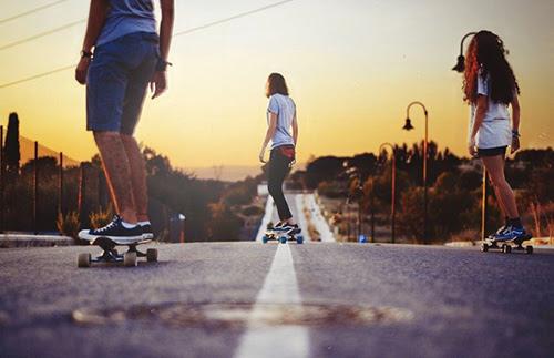 eikona-pagkosmia-imera-troxosanidas-skateboard