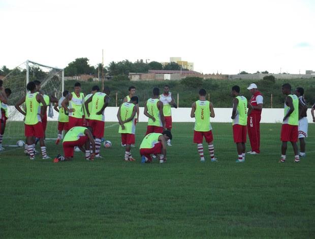 Roberto Fernandes, técnico do América-RN, conversa com jogadores (Foto: Tiago Menezes)