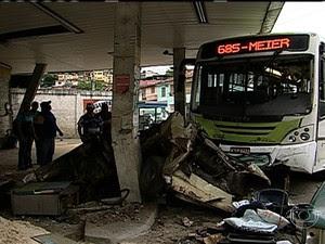 Ônibus colide com posto abandonado (Foto: Reprodução / TV Globo)
