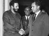 19 de abril. Fidel saluda al vicepresidente Richard Nixon, en un salón del Capitolio. Foto: Revolución