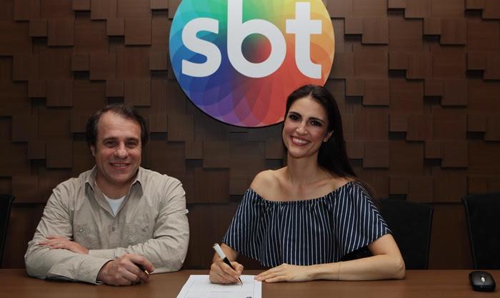 Chris Flores com o diretor Fernando Pelegio, na assinatura de contrato com o SBT (Foto: Cauana Fernandes/SBT)