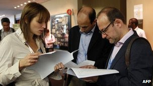 Delegates and negotiators discuss the latest draft report in Durban, 10 December