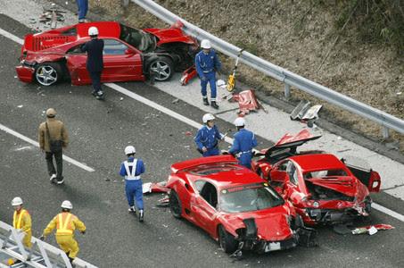 Algunos de los Ferrari implicados en el accidente, el domingo, en la autopista de Chugoku, en Tokio.
