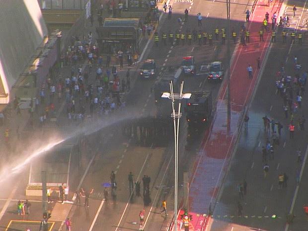 Tropa de Choque retira manifestantes da Avenida Paulista, em São Paulo (Foto: Reprodução/TV Globo)