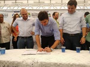Prefeito assina licitação dos transportes públicos de Maceió (Foto: Karina Dantas/G1)