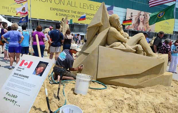 David Ducharme finaliza sua escultura 'Folded Memory' (memória dobrada, em tradução livre), nos EUA (Foto: The Press of Atlantic City, Ben Fogletto/AP)