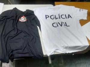 Eles usavam camiseta da polícia para coagir as vítimas (Foto: Divulgação/Polícia Civil)