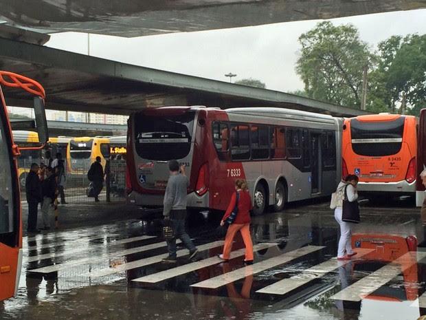 Motoristas cruzaram os braços para evitar a saída de ônibus no Terminal Dom Pedro (Foto: Tatiana Santiago/G1)