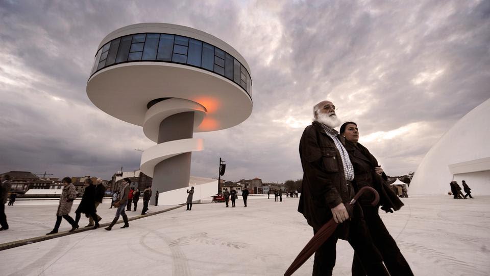Eφυγε από τη ζωή ο Βραζιλιάνος Oscar Niemeyer, ένας από τους πρωτοπόρους αρχιτέκτονες του εικοστού αιώνα. Ήταν ο κατεξοχήν εκπρόσωπος του αρχιτεκτονικού μοντερνισμού στη Βραζιλία. Ο Νιμάγιερ υπήρξε ενεργός και δημιουργικός μέχρι το τέλος της ζωής του, έχοντας σχεδιάσει περισσότερα από 600 κτίρια στη Βραζιλία αλλά και στην Αμερική. Η μελέτη του πάνω στο οπλισμένο σκυρόδεμα και στις καμπύλες καθόρισε την αρχιτεκτονική του 20ού αλλά και του 21ου αιώνα.