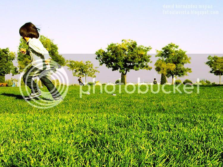 Un niño corre sobre el cesped