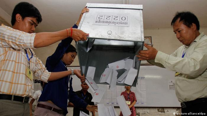 Ballot boxes are emptied in a polling station in Phnom Penh, Cambodia, 28 July 2013. (Photo: EPA)