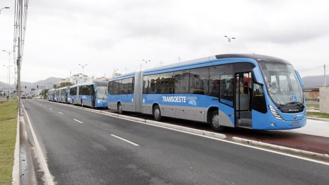 Ônibus treinam paradas antes da inauguração. Nesta sexta-feira, um homem foi atropelado na faixa exclusiva. Foi a terceira vítima, a primeira fatal