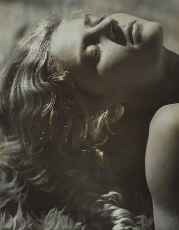 Retrato de Assia en una alfombra de piel, 1934