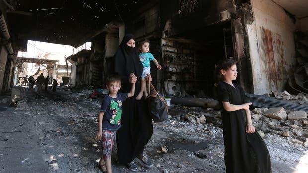 En Aleppo, los civiles se acostumbraron a caminar en lugares devastados