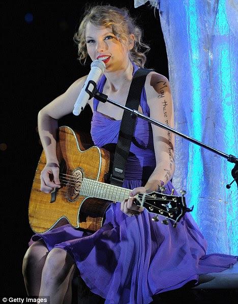 """A verdade escrito: braço de Taylor diz: """"Que a memória quebrar a nossa queda"""""""
