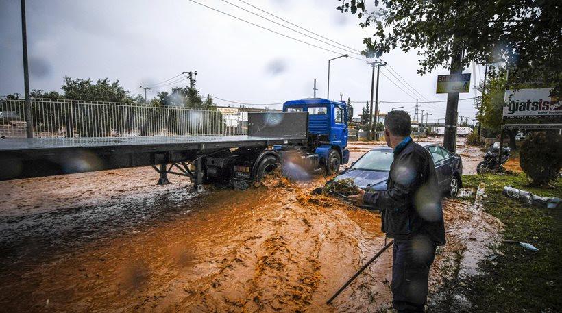 Συναγερμός στη Μάνδρα: Βρέχει καταρρακτωδώς, χείμαρρος και πάλι ο κεντρικός δρόμος! (video)
