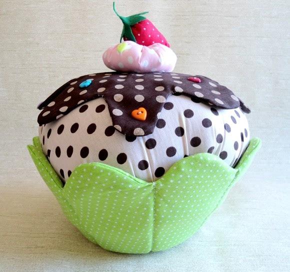 - Almofada cupcake aromatizada (baunilha ou chocolate); - Tecido 100% algodão; - Enchimento com manta siliconada. R$50,00