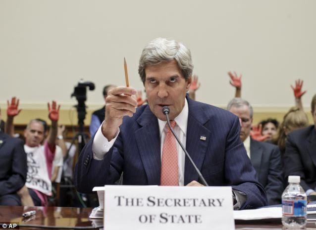 """Kerry prometeu quarta-feira que não haveria """"nenhuma botas no chão"""" na Síria, menos de 24 horas após a cobertura suas apostas, permitindo que proteger sites armas químicas poderiam exigir mais do que apenas ataques aéreos"""