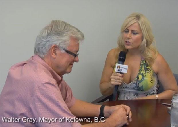 Lori Welbourne fez topless enquanto entrevistava o prefeito da cidade canadense de Kelowna, Walter Gray (Foto: Reprodução/YouTube/lolaandliza)