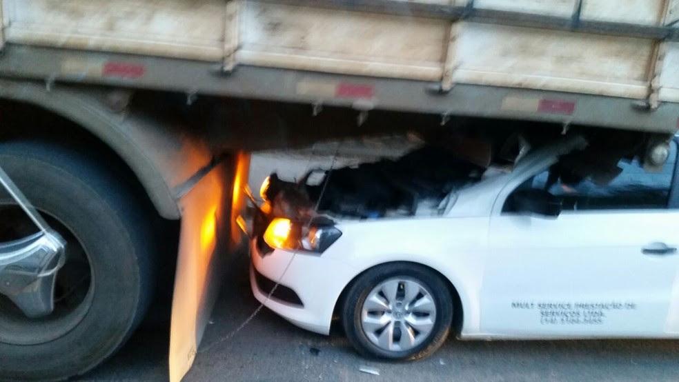 Carro para embaixo de caminhão e motorista sai ileso em Itu.