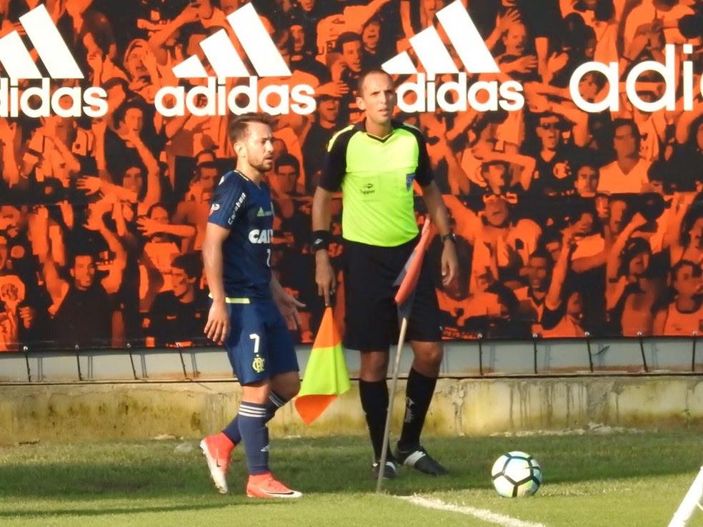 Éverton Ribeiro em ação no jogo-treino do Flamengo (Foto: Fred Gomes)