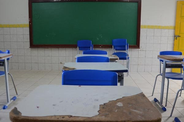Por falta de professores, um quinto das aulas exigidas na grade curricular do Estado não é lecionada