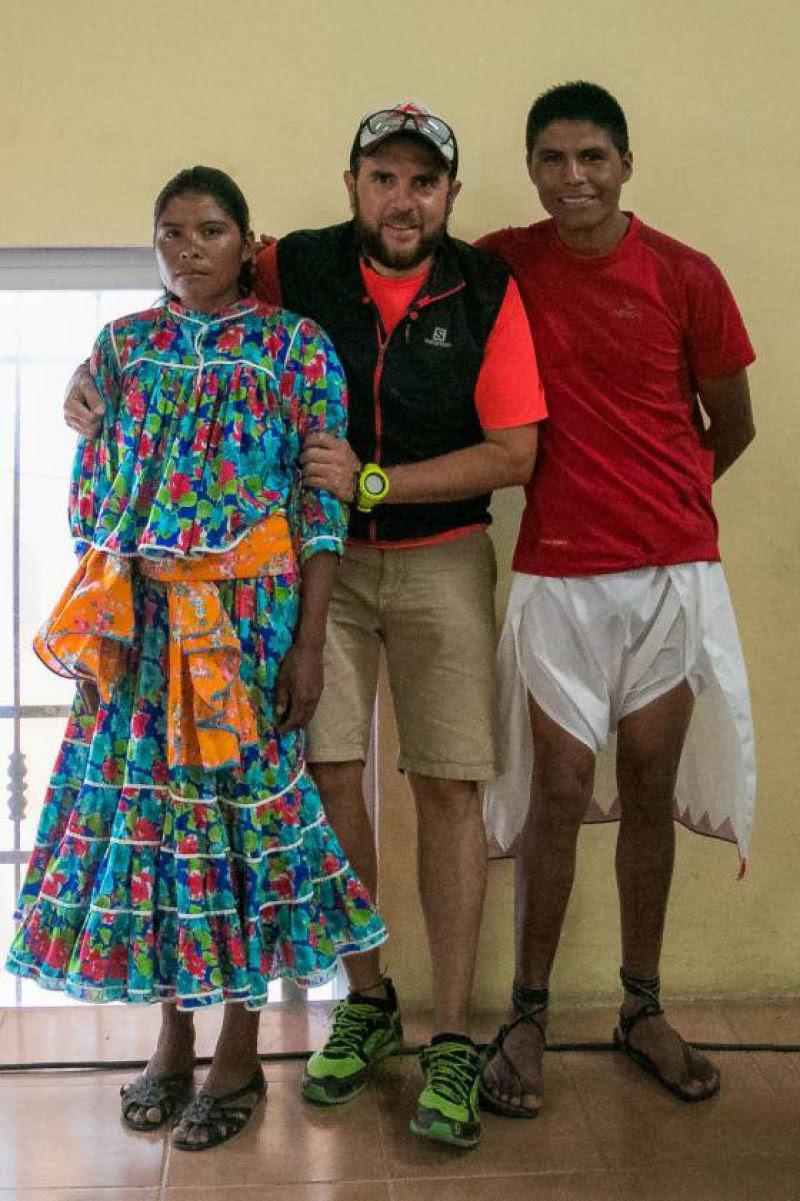Jovem mexicana vestindo saia comprida e sandália de pneu ganha ultramaratona de 50 km
