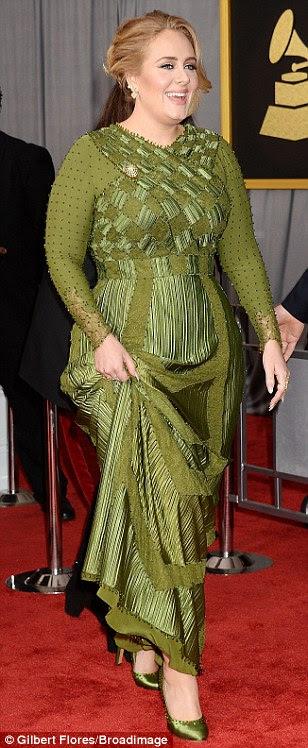 Serena em verde: Adele deu aos espectadores uma olhada em seus sapatos de cetim combinando