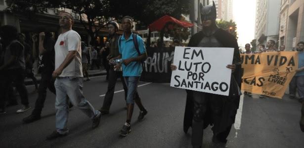"""""""Batman"""" segura cartaz em memória ao cinegrafista da Band, Santiago Andrade, que teve morte cerebral"""