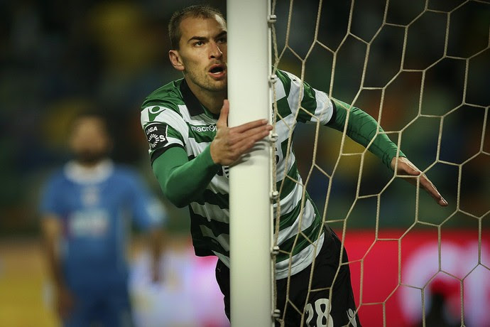 Bas Dost comemora gol do Sporting diante do Feirense (Foto: EFE)