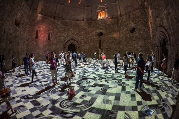 Magic Carpets es una instalación que se despliega al anochecer en el piso del patio interior octogonal en el Castel del Monte, la obra arquitectónica del siglo XIII encargada por Frederick II, jefe de la casa de Hohenstaufen.