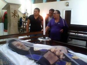 Corpo do Frei é velado em igreja do povoado Vila São Francisco (Foto: Tony Medeiros / TV Gazeta)