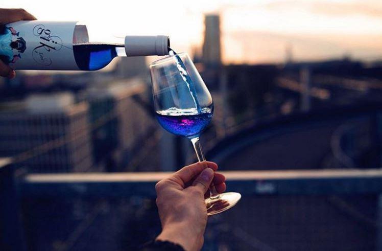 perierga.gr - Στην παραγωγή το πρώτο... μπλε κρασί!