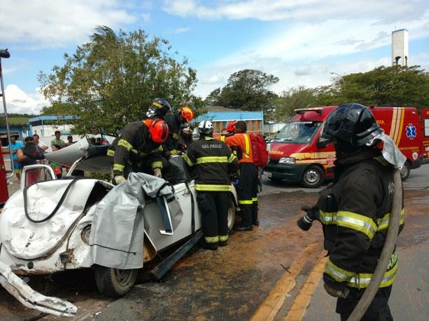Carro perdeuo controle e bateu em carro conduzido por idoso (Foto: Divulgação/Corpo de Bombeiros)