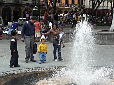 famille devant la fontaine.jpg