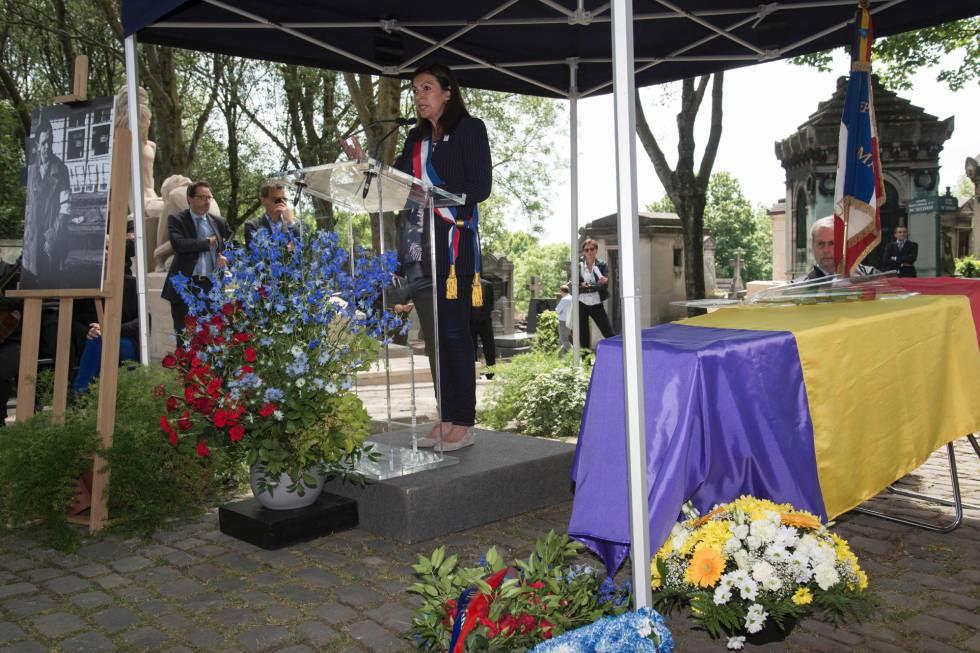 La alcaldesa de París, Anne Hidalgo, en la ceremonia de homenaje al fotógrafo catalán Francisco Boix en el cementerio Père Lachaise de París.