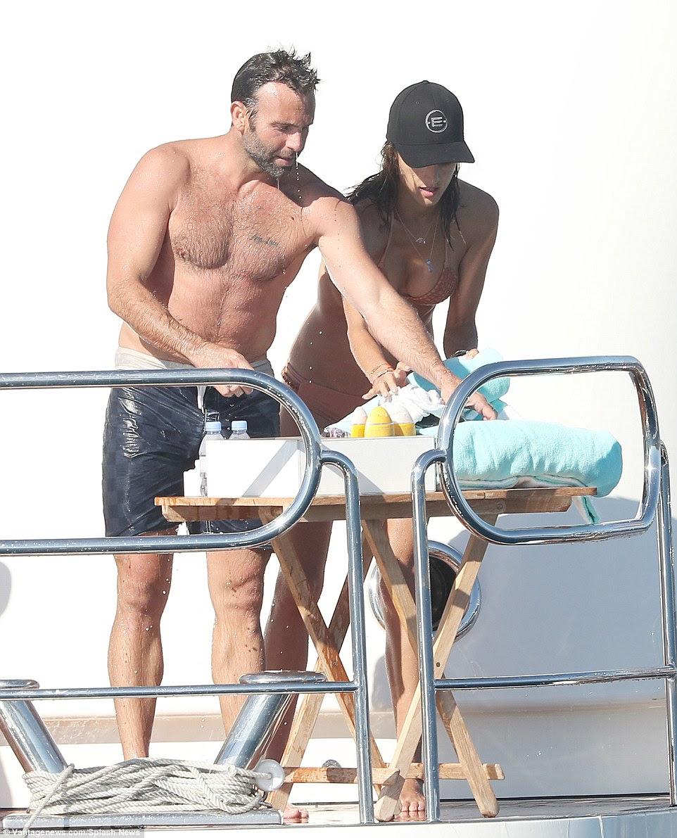 casal impressionante: Jamie exibiu seu físico igualmente impressionante como ele tirou a camisa depois de desportos aquáticos do casal