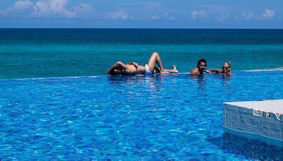 Vacacionistas disfrutan la piscina Infinity del Hotel Ocean Vista Azul. Foto: Leysi Rubio / Cubadebate