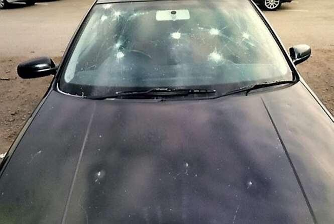 Noiva abandonada martela carro do ex