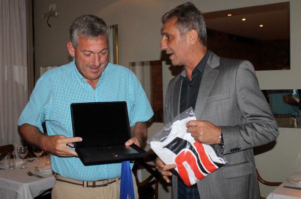 Presidente Alexandre Campello presenteia mandatário da La U com placa e camisa do Gigante da Colina