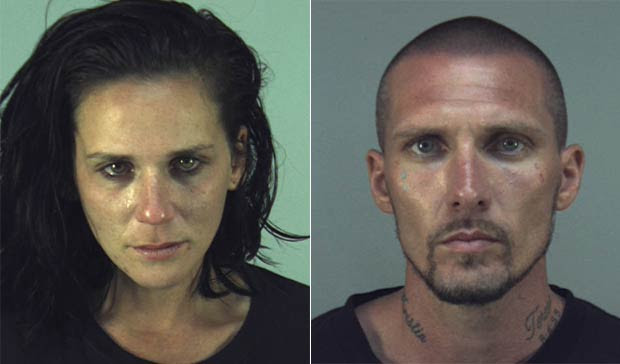 Casal foi flagrado vivendo em carro imundo com os três filhos. (Foto: Reprodução)