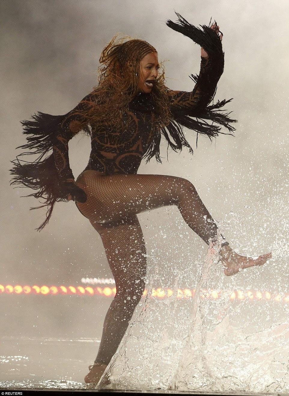 Colocando-se os pés dela: Seu olhar veio completo com meias arrastão, enquanto dançava atrás de Kendrick