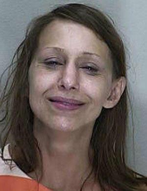 Michele Rene Cerna foi flagrada tirando a roupa no meia de avenida (Foto: Marion County Jail/Divulgação)